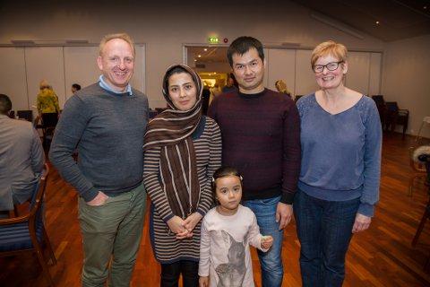 TEK TAK: Frå venstre Tom Ole Dyrstad, Reza Rezaie, Maryam Ibrahimi, Mohadese Rezaie og Bente Marie Flølo.