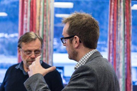 RETTFERDIG: Åsmund Berthelsen (SV), her i diskusjon med kommunalsjef Ørjan Stubhaug, ber om ny handsaming av eigedomsskatten. Han meiner skatten slår urettferdig ut.