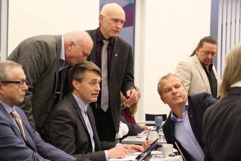 VENTAR PÅ STORKEN: F.v. Helge Schei, Ove Varlid, Marius Dalin, Bjørn-Harald Haugsvær, Helge Robert Midtbø og Ove Henning Håkonsen samrår seg under budsjettmøtet.