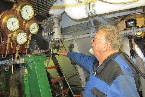VELLUKKA. Den tekniske prøveturen var velluka. Her passar Ingvald Ådland dampmaskina.