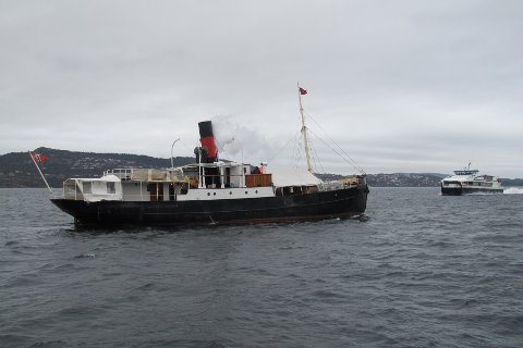 HISTORISK: Stavenes gjekk for eigen damp for første gong sidan 1953. På fjorden møtte den snøggbåten MS Njord.