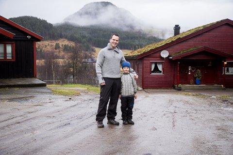 FAMILIEGARD: Ole Rune tok over familiegarden i 2009. Sonen Olai er med på det meste som føregår på garden.