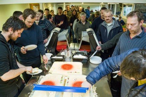 KAKEFEST: Dei tilsette på Havyard Ship Technology feira Fjord1-kontrakten med kakefest i kantina på verftet.