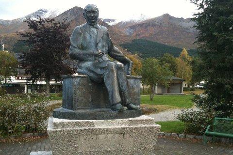 Statue av Ivar Aasen (1813-1893) i Ørsta.