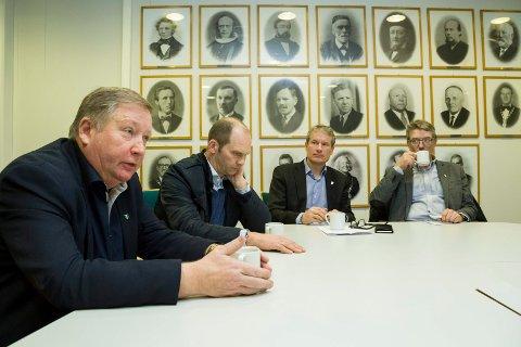 NAMNESTRID: Mathias Råheim (Gaular), Oddmund Klakegg (Jølster), Olve Grotle (Førde) og Håkon Myrvang (Naustdal) måtte til slutt la departementet bestemme kommunenamn. No kom avgjerda.