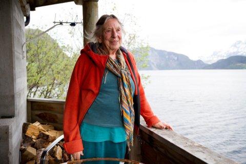 Eit liv ved fjorden. Sarah er sterk motstandar av gruveplanane og fryktar at ei utbygging kan øydeleggje mykje av det ho har vore med å byggje opp i Vevring.