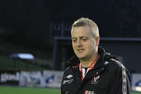 VANN PRIS: Førde vart årets jenteklubb i fylket. Sportsleg leiar Johan Pettersen synest det er kjekt at arbeidet klubben gjer med jentefotballen vert lagt merke til.