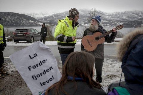 Ivar Fossum møtte aksjonistane på staden. Her med innbyggjar og Raudt-politikar Magnar Falkenstein.