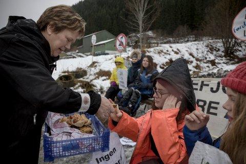 Vevring-rektor Grete Bjørndal deler ut pizza til aksjonistane.