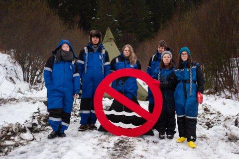 Kring 15 personar frå Natur og Ungdom er samla for å aksjonere mot prøveboringa i Engebøfjellet.