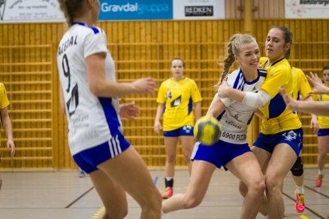 TØFF: Idunn Hatlemark i ein tøff duell med Dale-spelar Emilie Sande (t.h.) i kampen som enda med tap for Florø sine handballjenter.