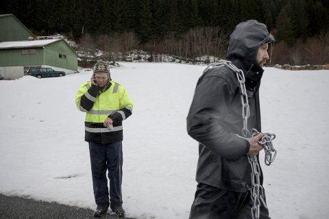 Ørjan Thingnes er på veg for å lenke seg første aksjonsdagen. Ivar Fossum i bakgrunnen.