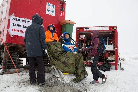Nordic Mining saksøker aksjonistane som har lenka seg fast i anleggsmaskinene på Engebøfjellet.