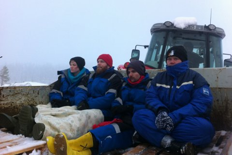 Dei fire aksjonistane blir frakta ned frå fjellet. Neste stopp er politistasjonen i Florø.