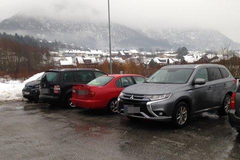 Tre av fire plassar var opptekne av bilar utan lading tysdag. I selje- og byte-gruppa på Facebook fekk bildet og beskjeden frå Susanne Håheim 110 «likar-tomlar».