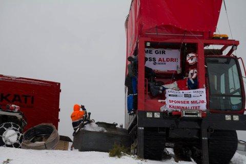Åtte personar har fredag okkupert maskiner på Engebøfjellet i 10 timar.