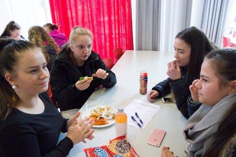 Elevar på helse- og oppvekstfag ved Øyrane testar fisken. Billy- ferdigpizzaen på bordet ligg som reserve. Frå venstre: Tara Løvik (17), Benedikte Rotihaug (17). Bak til høgre: Emilia Gravdal (16) og Trude Fløtre (16).