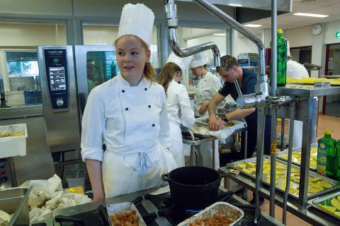 Malene Eldevik går på restaurantlinja på Øyrane, og har laga fiskerettar sidan halv ni om morgonen.