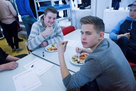 Nathaniel Eide (17) (t.v) og Elias Løtuft (16) lovar å lage meir fisk.
