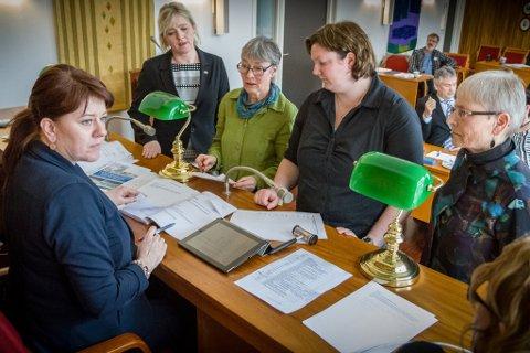 Rådslåing: Frå venstre varaordførar Kristin Sagerøy Råsberg (Ap), Monika Sunde Tjønnås (H), Ingunn Kandal (Raudt), Eirin Borlaug (Sp) og Sissel Sørebø (KrF).