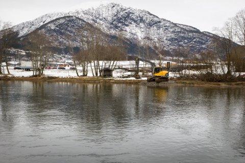 Tidlegare i vinter starta arbeidet med å kartlegge elvebotnen der brua mellom Hafstadparken og Førdehuset er planlagt.