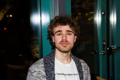 David Svardal Nordheim (19) frå Førde lenker seg gjerne for å verne om fjorden.