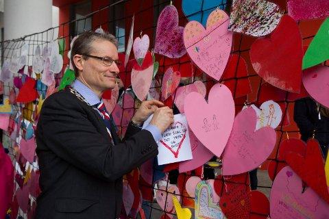 Ordførar i Førde, Olve Grotle, under Eg er her- kampanjen til Redd Barna i april i fjor. Kampanjen vart satt i gang av Smiso Sogn og Fjordane (arkivfoto).