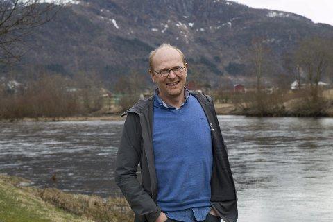 Erling Nydal er innstilt som ny ungdomsprest i Sunnfjord prosti. Han reknar med å byrja i stillinga til hausten. Nydal er kjend som ein humørspreidar, og kjem også til å bruke humor som eit viktig verkemiddel når han skal nå ut til dei unge. Foto: Sissel Iren Skjerdalå bru