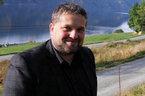 BLIR SITTANDE: Leidulf Gloppestad (Sp) blir sittande i ordførarstolen i Gloppen kommune.