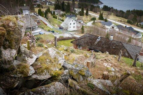 Norges vassdrags- og energidirektorat (NVE) har slege fast at fleire av steinblokkene som ligg over Gjertsens hus er ustabile og kan rase ut.