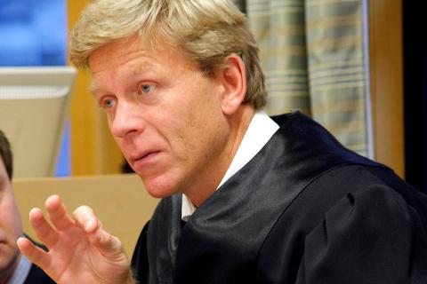 Louis Anda er advokat for foreldreparet som melder Naustdal kommune til politiet.