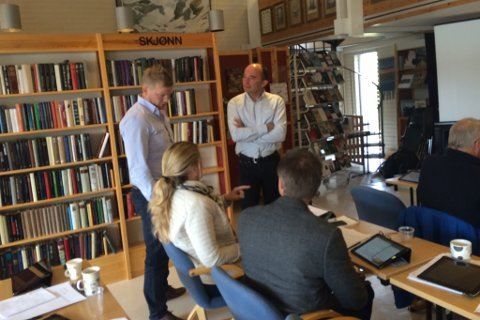 Tom Erik Sandal (Sp) og Arve Dvergsdal (Ap) i diskusjonar.