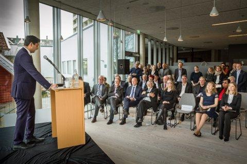 Statssekretær i kulturdepartementet, Himanshu Gulati (FrP), opnar Norsk Reiselivsmuseum.