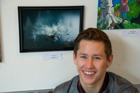 Tormod Midtbø (18) frå Gloppen såg mykje løvetann på veg heim frå skulen. Det enda opp med eit fint stykke fotokunst.