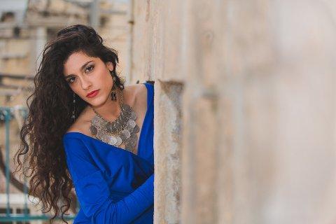 Sefardisk-jødiske Mor Karbasi blir ein av dei store internasjonale folkemusikkartistane på årets festival.