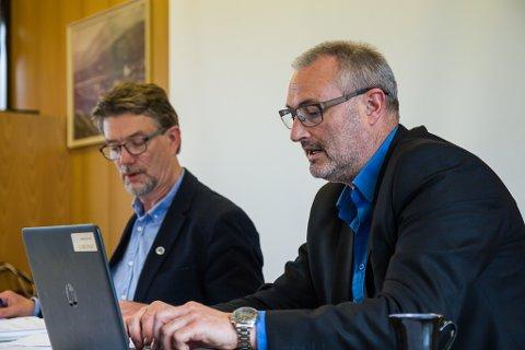 FORTVILAR: Naustdal-ordførar Håkon Myrvang (Ap) og rådmann Øyvind Bang-Olsen meiner statsbudsjettet ikkje kan bli ståande.