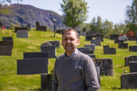 UTFORDRING: Kyrkjeverje Oddvar Etnestad er glad for at dei har mykje aktivitet og mange besøkande i kyrkja. Men det gir også til tider utfordringar når dei skal halde gravferder.