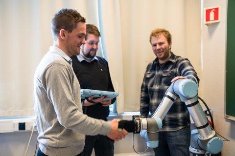 Ingeniørstudentane Børge Godejord, Marius Blom og Hans Olav Tuften ved Høgskulen i Sogn og Fjordane har skapt ein robotarm som kan trene opp att slagpasientar.