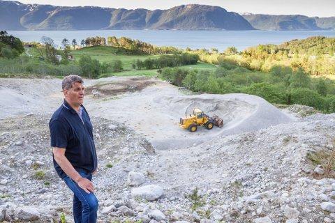 – Det er lite verdifullt å ha eit sandtak som kan driftast i fleire 10-år dersom eg ikkje får skipa ut massane, seier Ørjar Nydal.