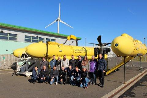 Deltakarane på studieturen framfor Sustainable Marine Energysi PLAT-O tidevassplattform.