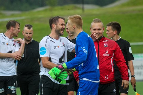 Øystein Myrkaskog og Simen Lillevik jublar over sigeren mot Vard.