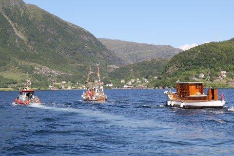 MS Stangfjord på veg inn fjorden til heimbygda Stongfjorden.