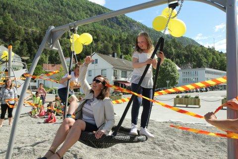 SNORKLIPP: Ordførar Magni Aa Berge opna leikeplassen I  Sandane sentrum saman med niåringane Hannah Midtkandal og Sebastian Eikenes.