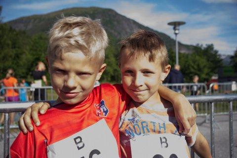 Oskar Sørbø (8) og Tobias Skåre Kristiansen (8) før dei skulle springe tokilometeren.