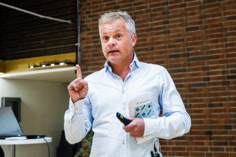 NOKO ER PÅ GANG: Rolf Sanne Gundersen etterlyser Sunnfjord sin x-faktor. Samtidig peikar han på at noko er på gang når det gjeld Førde-identiteten. – Eg har sakna eit engasjement for ting som skjer her. Sjå på Førdianarane, VG-lista, fotballen. Det er ting som skjer her no. Tilhøyret er begynt å bli sterkare.