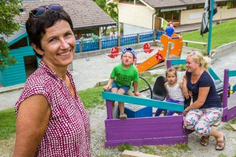 JUBILEUM: Elin Røyseth har vore styrar i Tusenfryd barnehage sidan den starta i 1986 då ho var 25 år. Ho har hatt to generasjonar i barnehagen; både mora Kristine og no borna Lina og Olav i barnehagen.