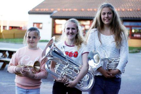 Tara Holme, Anna Høidalen og Elise Marie Mallasvik Røren og resten av Floraskulen brassband er klare for NM i Stavanger.