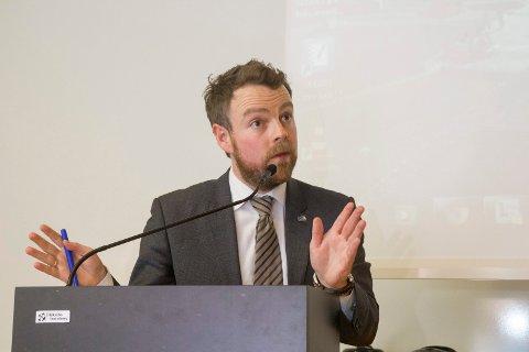 STATSRÅDEN: Kunnskapsminister Torbjørn Røe Isaksen (H) besøkte Sogndal, medan fusjonsstriden stod på. No blir samanslåinga eit faktum.
