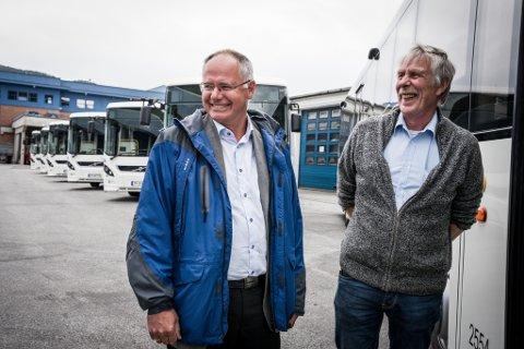 NYE DONINGAR: Firda Billag har kjøpt 101 nye bussar til Sunnfjordanbodet. Måndag var det overlevering av 73 av dei nye bussane. – Det er ein stor dag, seier Peter Midthun. Her med Arve Hetle (t.h.).