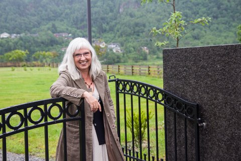 KLAR: Ellinor Wergeland er glad for endeleg å ha gravplassen klar. Den siste tida har det vore utfordrande å få plass på den gamle.
